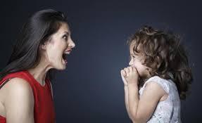 madre e hija jugando a la mímica