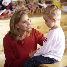 madre acogiendo a su hijo cuando está enfadado