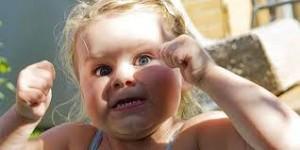 niña con una rabieta puños cerrados labios apretados