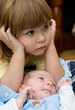 foto niña frustrada con hermano bebé