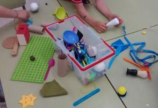 Imagen de una cesta del tesoro con las materiales para niños de entre 3 a 5 años