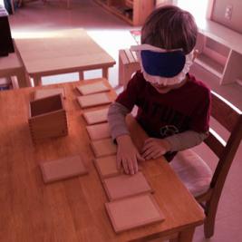 Imagen de un niño jugando a emparejar tablillas de tacto