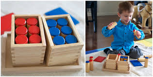 juego y niño jugando a cilindros sonoros