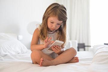 Imagen de una niña utilizando un smarthphone sin dificultad