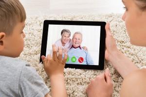 Fotografía de niño hablando con abuelos por videoconferencia, Skype