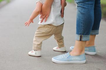 Foto de una madre enseñando a caminar a su hijo