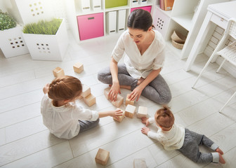 Fotografía de una familia jugando.