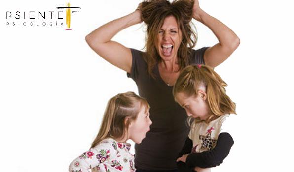 Foto madre sin paciencia con dos hijas discutiendo