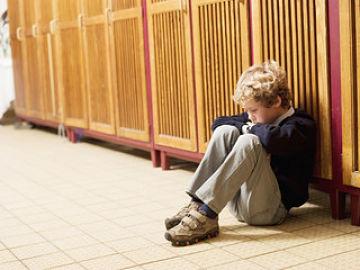 imagen de niño aislado porque sus compañeros le hacen bullying
