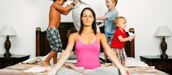 foto con madre con paciencia mientras hijos saltan en la cama