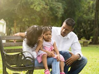 Padres hablando con su hija