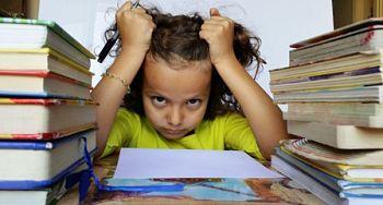 foto de niña agobiada con los estudios