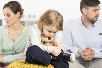 Padres separados niñas triste