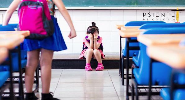 niña amenazando a otra en el aula. Acoso escolar.