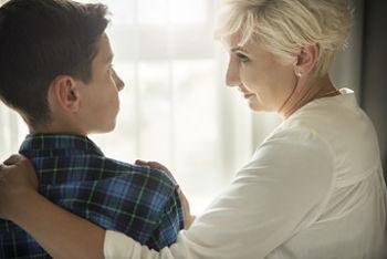 Fotografía de una madre y un hijo hablando sobre el bullying.