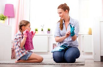 fotografía de madre e hija limpiando lo que ha ensuciado la niña