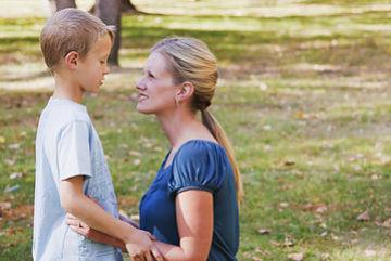 Madre e hijo fortaleciendo una comunicación positiva