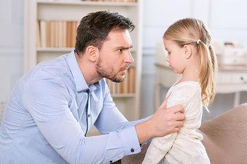 Padre aplicando consecuencias educativas