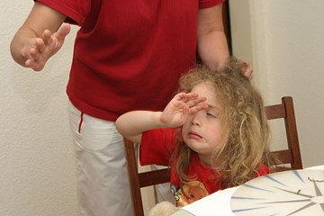 Fotografía de como un padre castiga a un hija, golpeándola.