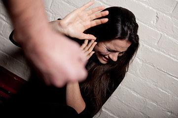 imagen de hombre adulto ejerciendo violencia sobre una mujer
