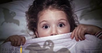 Fotografía de niña con miedo a la oscuridad