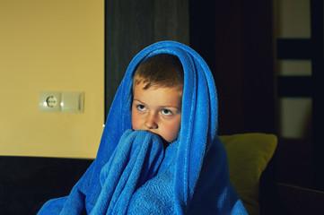 fotografía de un niño que siente miedo