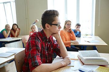 imagen donde se ven los dos tipos de espectadores del acoso escolar