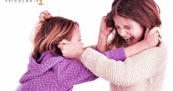 fotografía de dos niñas pegándose.