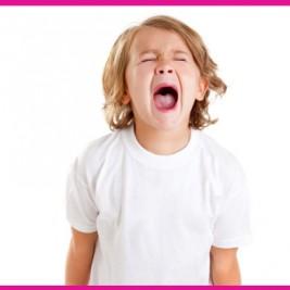 imagen de un niño con rabietas