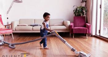 Imagen de un niño responsable limpiando