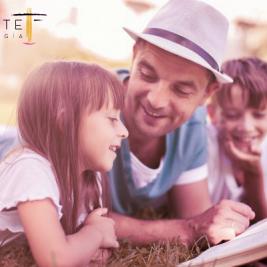 Imagen crianza positiva. Familia leyendo junta.