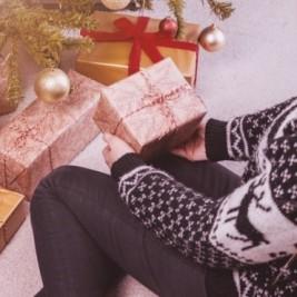 imagen niña con regalos en la mano.
